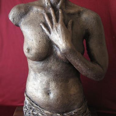 Torso mit Hand, rauh, bronzefarbig