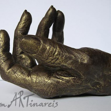 Hand einer älteren Dame in Bronzeoptik