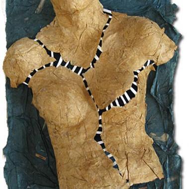 Frauentorso aus Papier -Zerrissen-