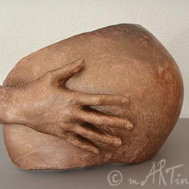Babybauch mit Hand in Kupfer