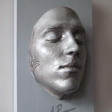 Gesichtsabformung in Silber-Optik mit Gravur