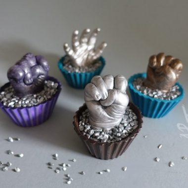 Babyhand in Cupcake Podest - Gießkeramit