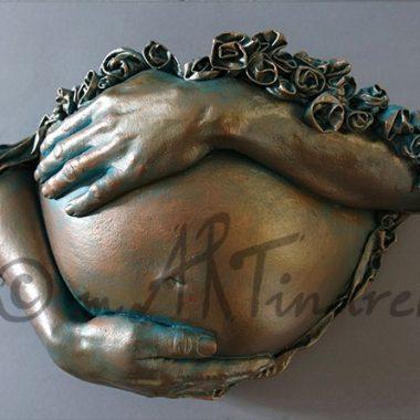Babybauch Abformung mit Händen und plastischem Muster, Bronze Patina