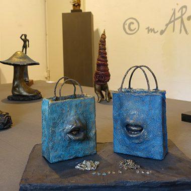 Körperskulpturen in einer Ausstellung