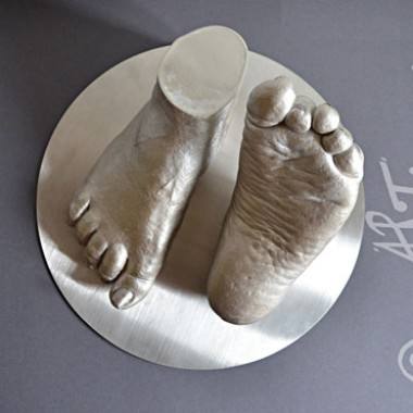 Frauenfüße auf einem Edelsahl-Sockel