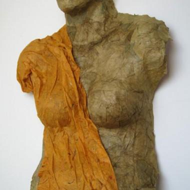 ´Venus´, Papiertorso mit Draperie auf der Basis von Körperabformung
