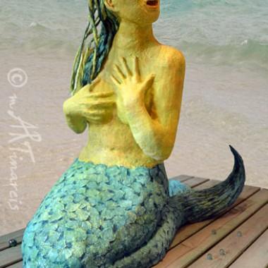 'Ertappt' Mehrjungfrau , lebensgroße Figur aus Pappmaché, von vorne