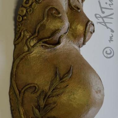 Babybauchabformung aus Pappmaché mit plastischem Muster