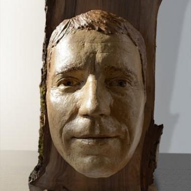 -Michal- Gesichtsabformung auf Holzpodest