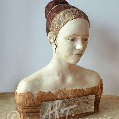 -Büste Alicia- Gips, Papier und Naturmaterialien