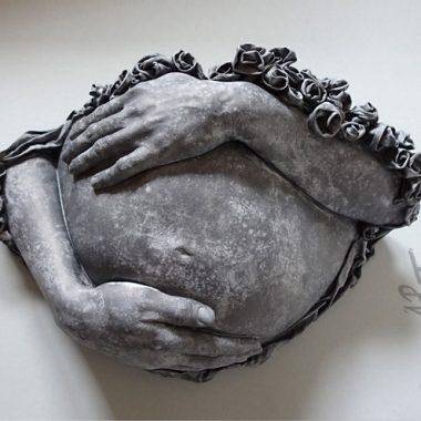 Babybauch mit Händen und plastischer ´Rosenumrandung` in Steinoptik