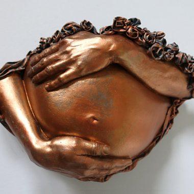 Babybauch Abformung mit Händen, Kupferoptik