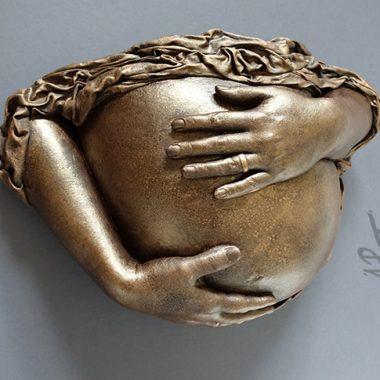 Babybauch Abformung mit Händen, Gips und Draperie, bemalt in Bronze