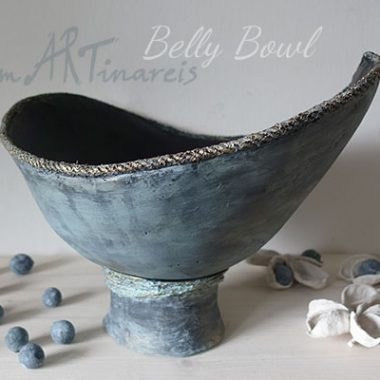 Eine Babybauchschale (belly bowl) mit Podest in Shabby Look