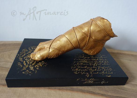 ´Goldfuss´- Eine Fuß-Skulptur aus Gieskeramik, Gold patiniert auf einem individuellem Podest