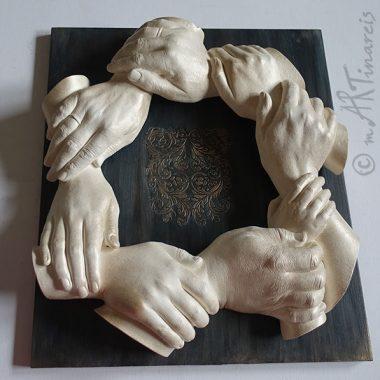 `Händekranz´- XXL Familien-Hand-Abformung in Creme-Gold auf einem individuell gestalteten Podest
