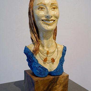 ´Die Andrea´- Pappmaché Portraitplastik auf Holzpodest