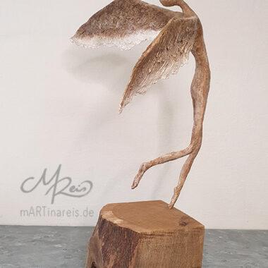 Pappmaché Figur auf Holzpodest